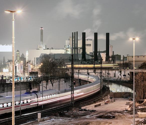 Rauchgasschwaden am VATTENFALL Steinkohlenkraftwerk Moabit, vorn DEUTSCHE BAHN Intercityexpress. Berlin 2019