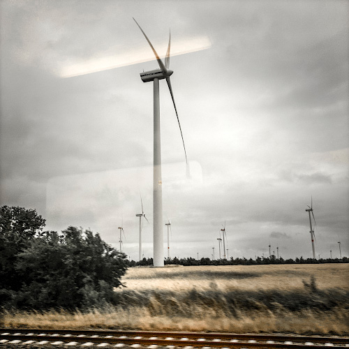 Vestas Windpark vor Zugfenster, bei Stendal 2018