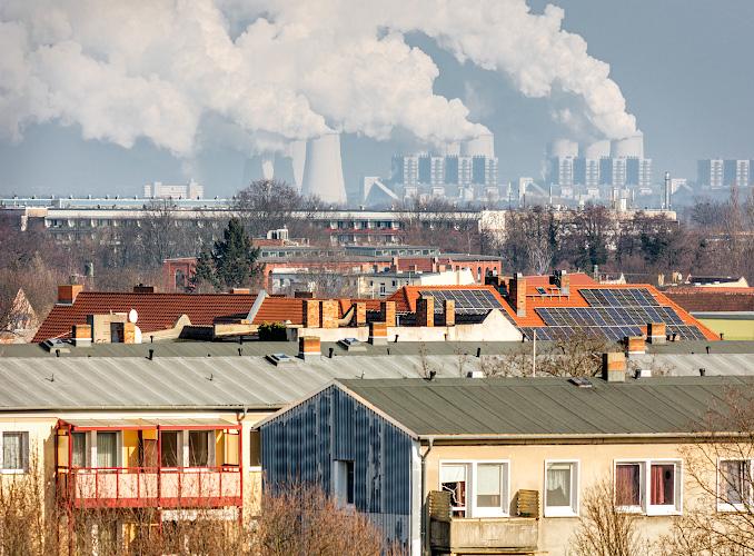 Über den Dächern von Cottbus, hinten LEAG Braunkohlenkraftwerk Jaenschwalde. 2019
