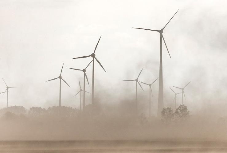 Stuermisches Unwetter ueber Windpark Elster an der Elbe 2018