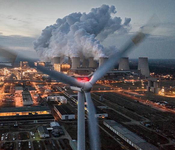 Windkraftanlage Vestas V90 behauptet sich vor LEAG Braunkohlenkraftwerk Jaenschwalde. Cottbus 2019