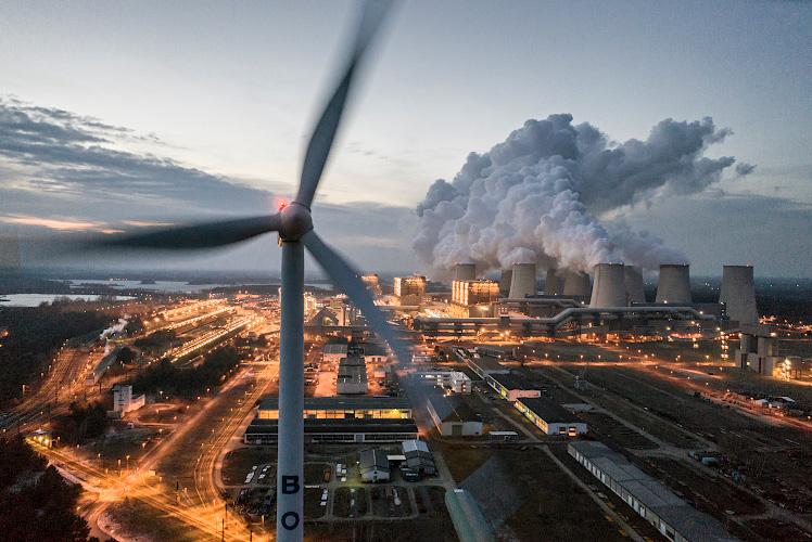 LEAG Braunkohlenkraftwerk Jaenschwalde, vorn Vestas Windenergieanlage V90. Cottbus 2019