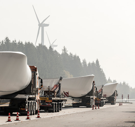 Transport NORDEX Rotorblaetter per LKW, Fahrer pausieren auf Autobahnraststaette Hochwald 2018
