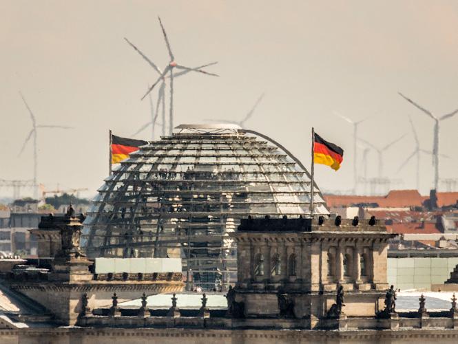 Kuppel Reichstag vor Kulisse Windpark Noerdlicher Speckguertel Berlin 2018