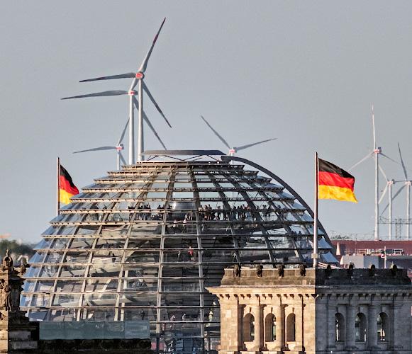 Reichstagskuppel vor Windpark im Berliner Speckguertel 2018
