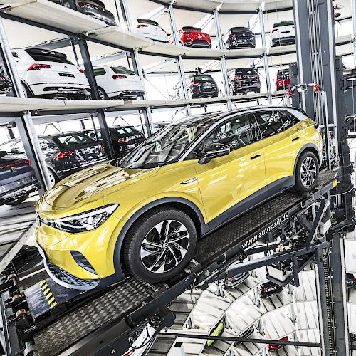 Fabrikneuer Volkswagen ID.4 i Auslieferungsturm der Autostadt Wolfsburg 2021