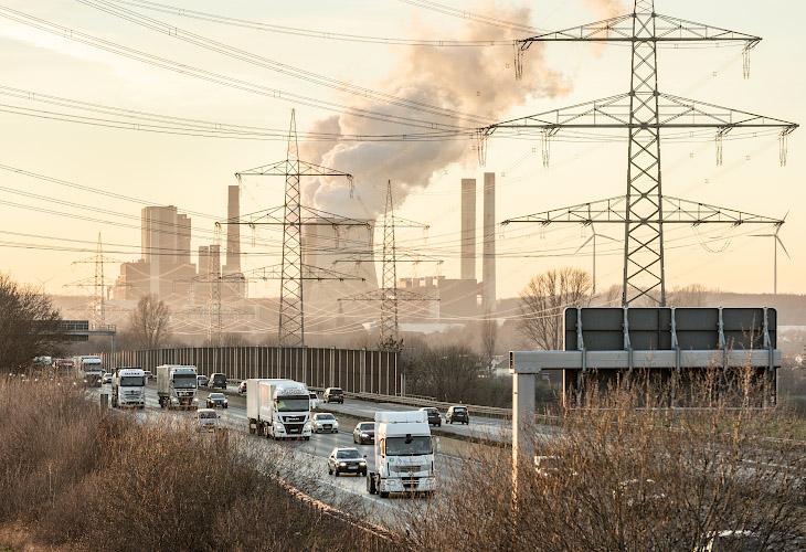 Rushhour auf BAB 4 vor Kulisse RWE POWER AG Kraftwerk Weissweiler. Rheinisches Braunkohlerevier 2019