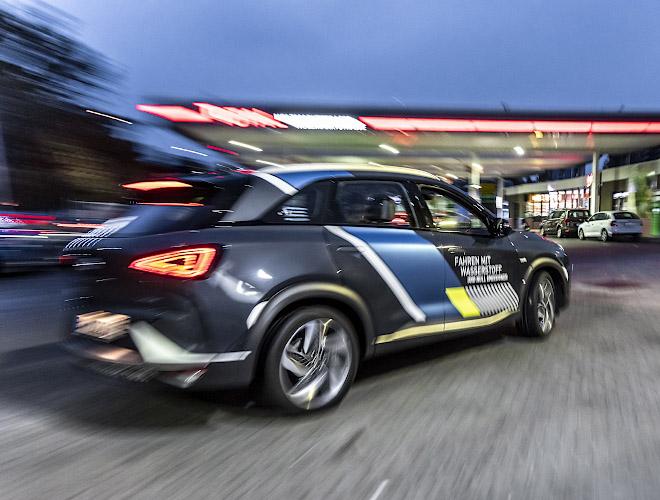 Hyundai Nexo Fuel Cell mit Wasserstoffantrieb unterwegs. Berlin 2020