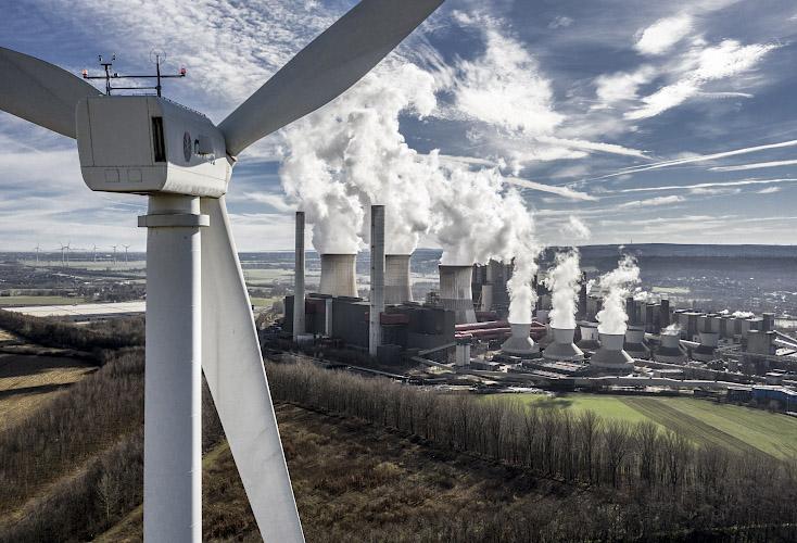 Windkraftanlage vor RWE POWER AG Kraftwerk Weisweiler. Rheinisches Braunkohlerevier 2019