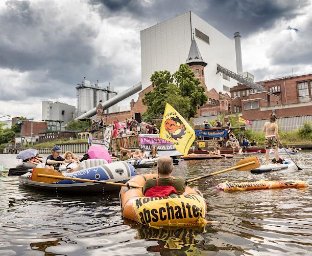 Initiative Kohleausstieg protestiert vor Vattenfall Steinkohlekraftwerk Moabit. Berlin 2018