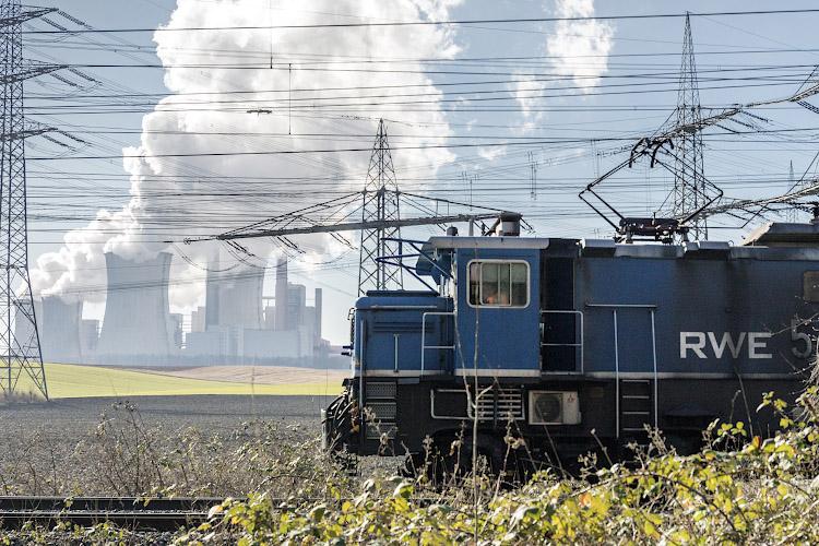 Werksbahn vor RWE POWER AG Kraftwerk Neurath. Rheinisches Braunkohlerevier 2019