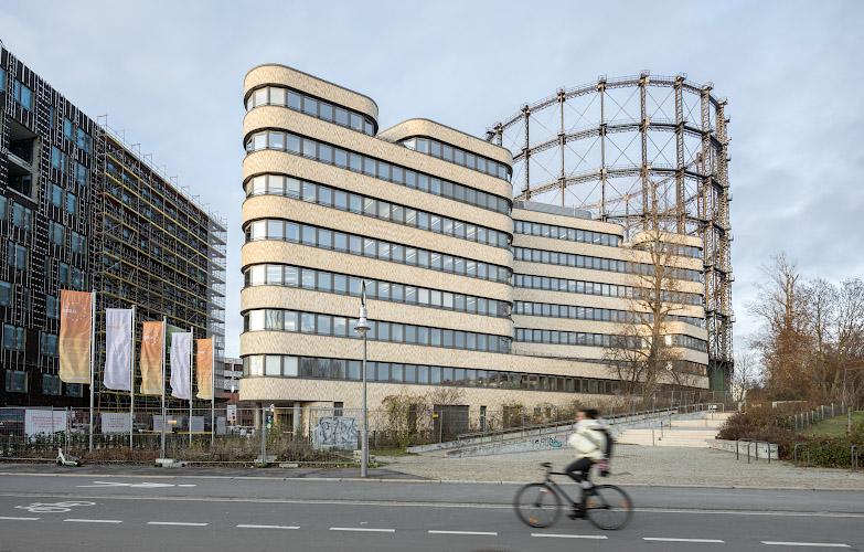 EUREF CAMPUS - Reallabor der Energiewende. Aussenansicht mit Gasometer. Berlin 2019