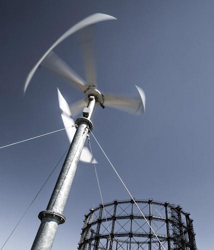 EUREF CAMPUS - Reallabor der Energiewende. Kleinwindanlage vor Gasometer. Berlin 2019