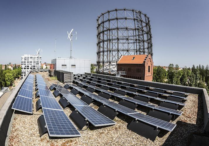 EUREF CAMPUS - Reallabor der Energiewende. Koexistenz PV Dachanlage + Windenergie. Berlin 2020