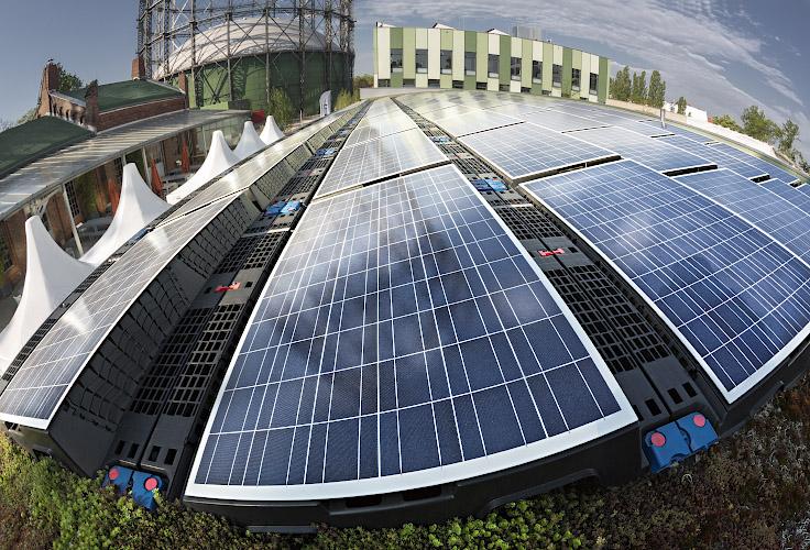 EUREF CAMPUS - Reallabor der Energiewende. PV Dachanlage vor Gasometer. Berlin 2019
