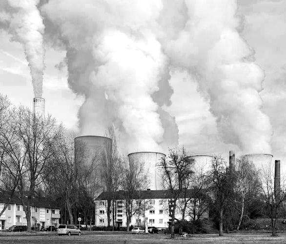 Wohnsiedlung vor RWE Power AG Braunkohlekraftwerk Niederaussem 2019